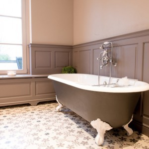 landelijke baden in verschillende materialen taps baths. Black Bedroom Furniture Sets. Home Design Ideas