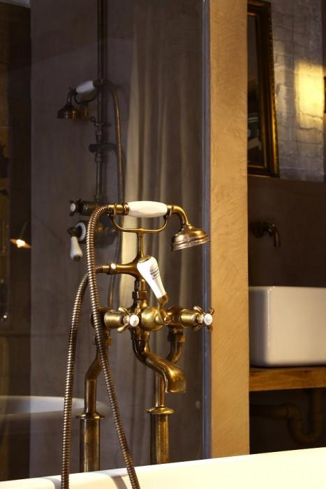 Landelijke badkamer met bronzen accenten taps baths for Badkamer kraan