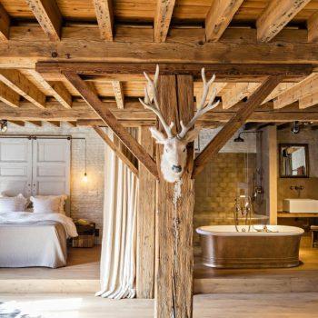 landelijke badkamer - vrijstaand bad - klassieke kraan