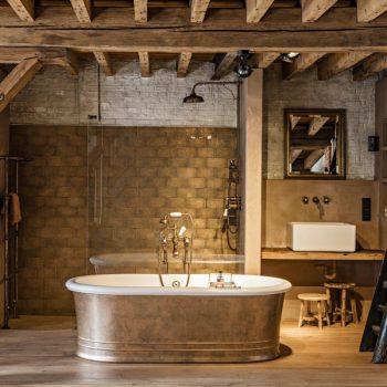 landelijke badkamer - vrijstaand bad - klassieke kraan - regendouche