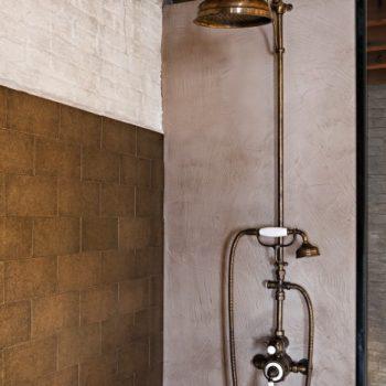 regendouche - klassieke kranen - koperen kranen - landelijk badkamers