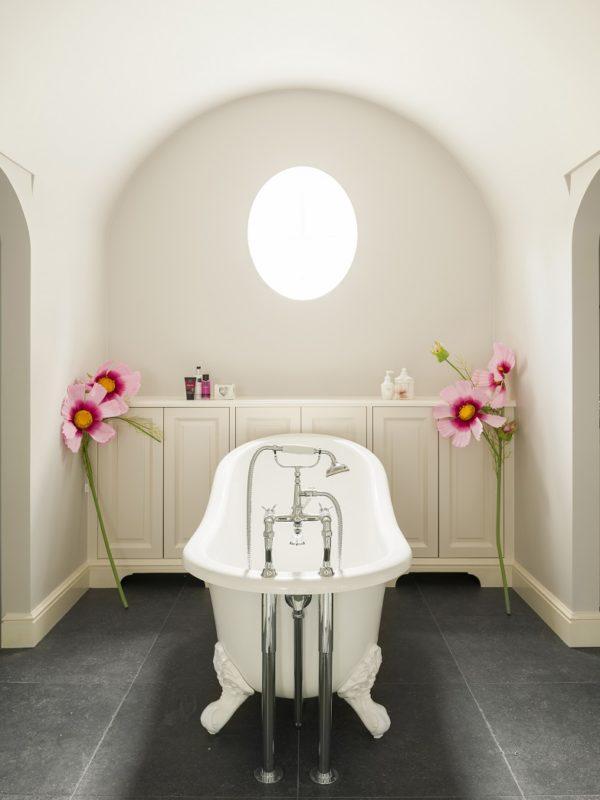 bad-op-pootjes-Kenny-Mason-landelijke-badkamer